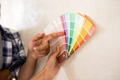 Ζεύγος που επιλέγει το χρώμα για να χρωματίσει εκεί το νέο σπίτι Στοκ εικόνα με δικαίωμα ελεύθερης χρήσης