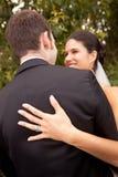 Ζεύγος που επιδεικνύει το γαμήλιο δαχτυλίδι της Στοκ Εικόνες