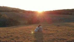 Ζεύγος που θαυμάζει το ηλιοβασίλεμα απόθεμα βίντεο