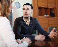 Ζεύγος που διοργανώνει τη σοβαρή ομιλία Στοκ φωτογραφία με δικαίωμα ελεύθερης χρήσης