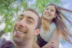 Ζεύγος που κάνει τα ανόητα και αστεία πρόσωπα παίρνοντας selfie την εικόνα ι Στοκ Φωτογραφία