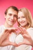 Ζεύγος που κάνει τη μορφή της καρδιάς από τα χέρια τους Στοκ εικόνες με δικαίωμα ελεύθερης χρήσης
