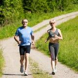 ζεύγος που κάνει το jogging ώριμ στοκ φωτογραφίες