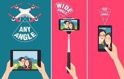 Ζεύγος που κάνει selfie με τον κηφήνα, το ραβδί και τη χρησιμοποίηση των χεριών που παρουσιάζουν διαφορετικές δυνατότητες γωνιών  Στοκ Εικόνες
