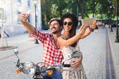 Ζεύγος που κάνει selfie τη φωτογραφία στοκ φωτογραφία με δικαίωμα ελεύθερης χρήσης