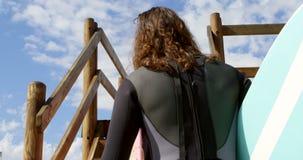 Ζεύγος που κινείται επάνω από την ξύλινη διάβαση πεζών 4k απόθεμα βίντεο