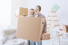 Ζεύγος που κινείται σε ένα καινούργιο σπίτι στοκ εικόνες