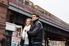 Ζεύγος που κοιτάζει μακριά ενάντια στη γέφυρα τραίνων Στοκ φωτογραφία με δικαίωμα ελεύθερης χρήσης