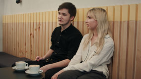 Ζεύγος που κουβεντιάζει μαζί στον καφέ που έχει τον καφέ Στοκ Εικόνες