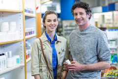 Ζεύγος που κρατά ένα κιβώτιο ιατρικής στο φαρμακείο στοκ φωτογραφία