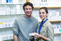 Ζεύγος που κρατά ένα κιβώτιο ιατρικής στο φαρμακείο στοκ εικόνα