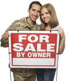 ζεύγος που κρατά το στρατιωτικό σημάδι πώλησης ιδιοκτητών Στοκ Εικόνες
