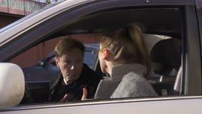 Ζεύγος που μαλώνει, που και που φωνάζει στο αυτοκίνητο απόθεμα βίντεο