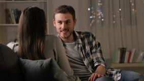 Ζεύγος που μιλά σε έναν καναπέ στη νύχτα απόθεμα βίντεο