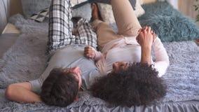 Ζεύγος που μιλά στο κρεβάτι απόθεμα βίντεο