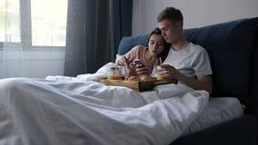 Ζεύγος που μοιράζεται το περιεχόμενο μέσων τηλεφωνικής προσοχής στο κρεβάτι απόθεμα βίντεο