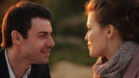 Ζεύγος που μοιράζεται το ρομαντικό γεύμα ηλιοβασιλέματος στην παραλία απόθεμα βίντεο