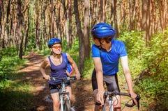 Ζεύγος που οδηγά ένα ποδήλατο στο δάσος Στοκ εικόνα με δικαίωμα ελεύθερης χρήσης