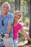 Ζεύγος που οδηγά ένα ποδήλατο Στοκ εικόνες με δικαίωμα ελεύθερης χρήσης