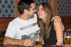 Ζεύγος που πίνει και που έχει τη διασκέδαση από κοινού στοκ εικόνες