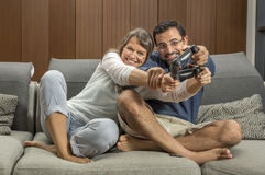 Ζεύγος που παίζει τα τηλεοπτικά παιχνίδια στο διαμέρισμα πόλεών τους Στοκ φωτογραφίες με δικαίωμα ελεύθερης χρήσης
