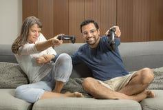 Ζεύγος που παίζει τα τηλεοπτικά παιχνίδια στο διαμέρισμα πόλεών τους Στοκ εικόνες με δικαίωμα ελεύθερης χρήσης