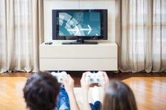 Ζεύγος που παίζει τα τηλεοπτικά παιχνίδια Στοκ φωτογραφία με δικαίωμα ελεύθερης χρήσης