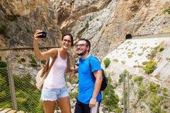 Ζεύγος που παίρνει ένα selfie στην ορεινή θέση στοκ εικόνες