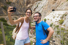 Ζεύγος που παίρνει ένα selfie στην ορεινή θέση στοκ φωτογραφίες