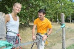 Ζεύγος που παίρνει έτοιμο για το πάρκο σχοινιών Στοκ εικόνα με δικαίωμα ελεύθερης χρήσης