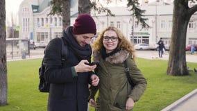 Ζεύγος που παίρνει τη φωτογραφία αυτοπροσωπογραφίας selfie στο ταξίδι της Ευρώπης φιλμ μικρού μήκους