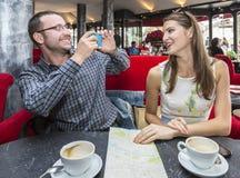 Ζεύγος που παίρνει τις φωτογραφίες σε έναν καφέ στοκ εικόνες