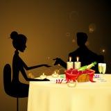 Ζεύγος που παίρνει το ελαφρύ γεύμα κεριών απεικόνιση αποθεμάτων