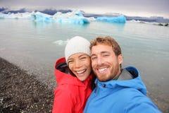 Ζεύγος που παίρνει selfie από Jokulsarlon στην Ισλανδία στοκ φωτογραφία