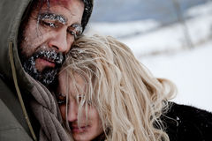 ζεύγος που παγώνει το άστεγο αγκάλιασμα Στοκ εικόνες με δικαίωμα ελεύθερης χρήσης