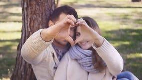 Ζεύγος που παρουσιάζει καρδιά με τα χέρια τους απόθεμα βίντεο