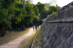 Ζεύγος που περπατά δίπλα στο των Μάγια ναό στοκ εικόνες