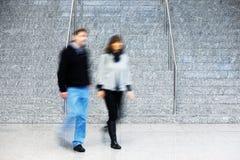 Ζεύγος που περπατά επάνω τα σκαλοπάτια, θαμπάδα κινήσεων Στοκ εικόνες με δικαίωμα ελεύθερης χρήσης