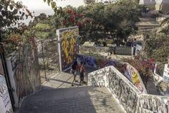 Ζεύγος που περπατά κάτω από τις οδούς της περιοχής Barranco στη Λίμα, Περού στοκ φωτογραφίες με δικαίωμα ελεύθερης χρήσης