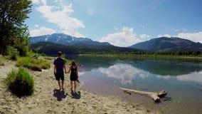 Ζεύγος που περπατά κοντά στην όχθη της λίμνης 4k φιλμ μικρού μήκους