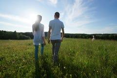 Ζεύγος που περπατά μέσω του τομέα στοκ εικόνες με δικαίωμα ελεύθερης χρήσης