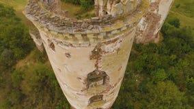 Ζεύγος που περπατά μέσω των καταστροφών των πύργων φρουρίων Εναέριος πυροβολισμός 4k απόθεμα βίντεο