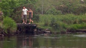 Ζεύγος που περπατά μετά από μια όμορφη λίμνη στην επαρχία απόθεμα βίντεο