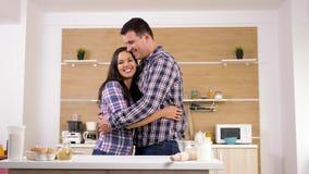 Ζεύγος που περπατά μπροστά από την κουζίνα που αγκαλιάζει η μια την άλλη απόθεμα βίντεο