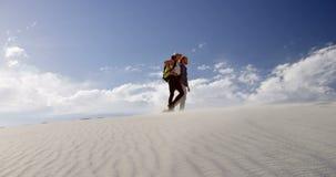 Ζεύγος που περπατά στην έρημο 4k απόθεμα βίντεο