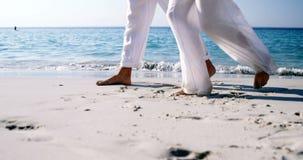 Ζεύγος που περπατά στην παραλία 4k απόθεμα βίντεο