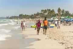 Ζεύγος που περπατά στην παραλία Αβάνα Στοκ Εικόνες