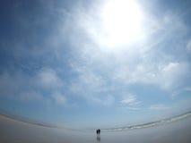 Ζεύγος που περπατά στην παραλία στη Βρετάνη Γαλλία Στοκ Φωτογραφία