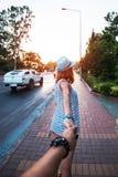 Ζεύγος που περπατά στην πόλη Στοκ φωτογραφίες με δικαίωμα ελεύθερης χρήσης