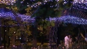 Ζεύγος που περπατά στην πόλη βραδιού απόθεμα βίντεο